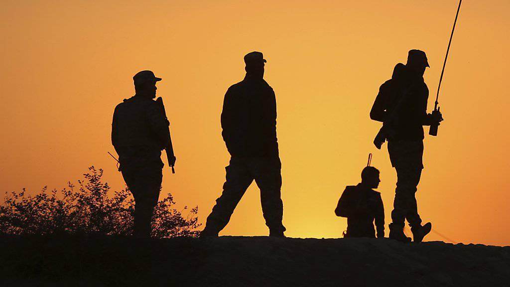 Stadt unter Feuer: Soldaten am Rand der nordirakischen Metropole Mossul, die sie von den sunnitischen Fanatikern des so genannten Islamischen Staates (IS) befreien wollen. (Aufnahme vom November 20116)