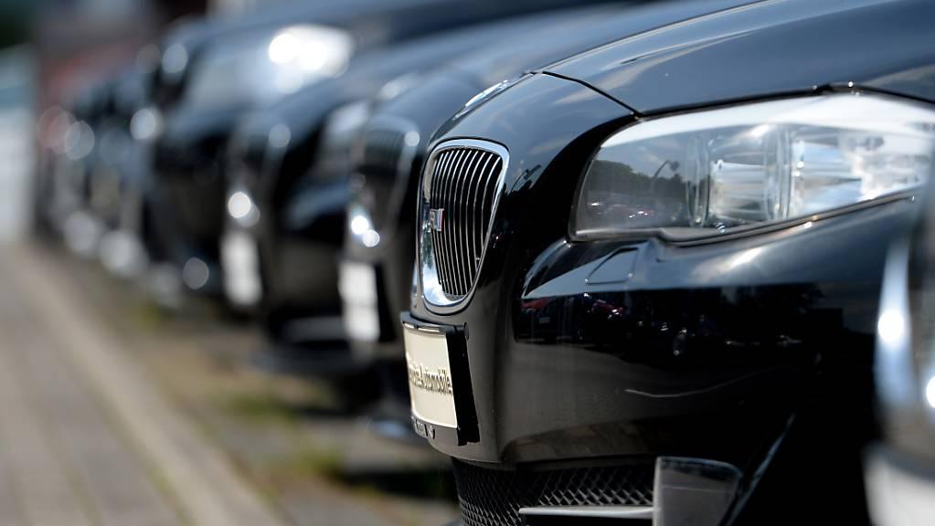 Die Verkäufe von Autos sind in der EU auch im Mai zurückgegangen. Allerdings fiel der Einbruch weniger deutlich aus als noch im April.(Archivbild)