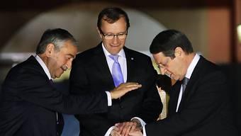 Für ein Zypern: Anastasiades (rechts) und Akinci mit UNO-Vertreter