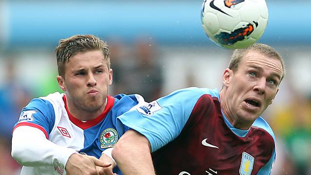 Aston Villas Richard Dunne erzielte ein Eigentor