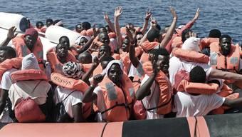 Flüchtlinge erreichen Italien über die Mittelmeer-Route.