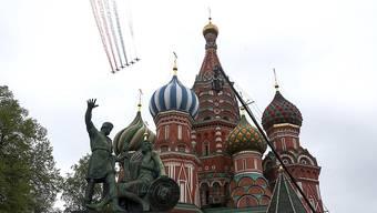 Flugzeuge der russischen Luftwaffe fliegen während einer Militärparade über die Moskauer Basilius-Kathedrale. Foto: Alexei Druzhinin/Kremlin Pool/Planet Pix via ZUMA Wire/dpa