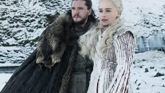 """Die Schauspieler Kit Harington (als Jon Snow) und Emilia Clarke (Daenerys Targaryen) in einer Szene aus der ersten Folge der letzten Staffel der HBO-Hitserie """"Game of Thrones""""."""