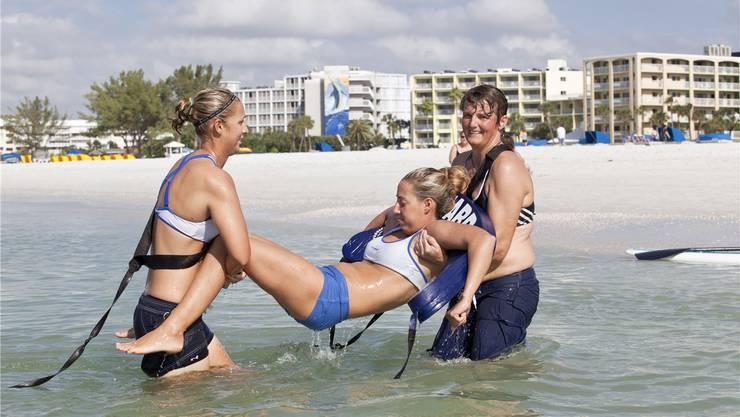 Die Oberengstringer Bademeisterin Doris Hängärtner (rechts) beim simulierten Rettungseinsatz am St. Pete Beach in Florida.