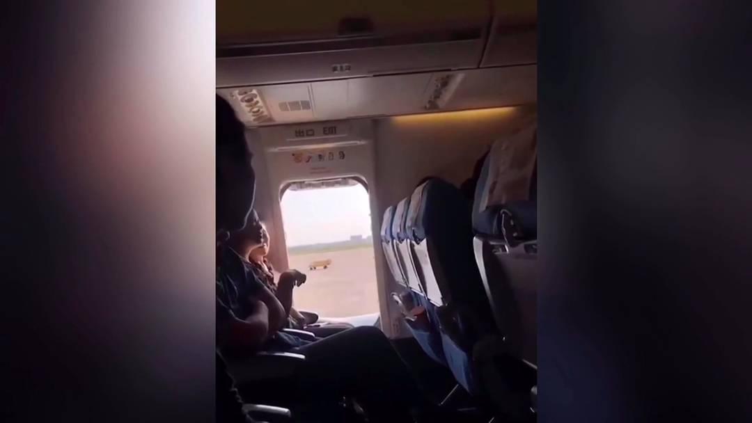 Die Luft war ihr zu miefig: Frau öffnet Notausgang im Flugzeug