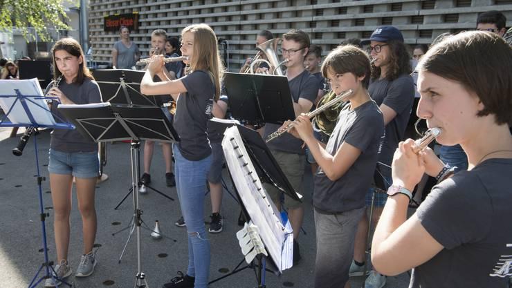 Die Jugendmusik Allegro Region Baden eröffnete das Fest mit einem fulminanten Auftritt vor dem «Werkk».