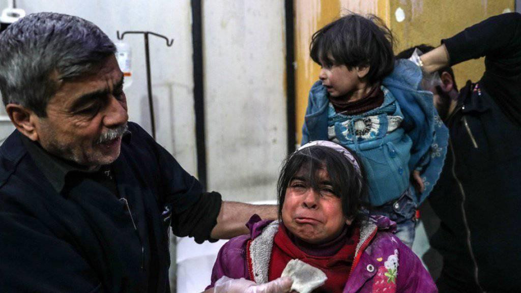 Durch Angriffe syrischer Truppen verletzte Kinder in Ost-Ghuta werden medizinisch behandelt.