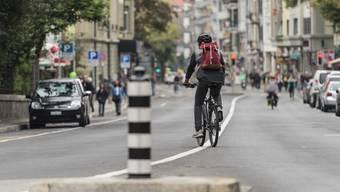 Ein Velofahrer pedalt einsam durch die Berner Länggasse. Solche Bilder wünscht sich der Prattler Jungsozialist Fabian Thomi auch für seine Gemeinde.