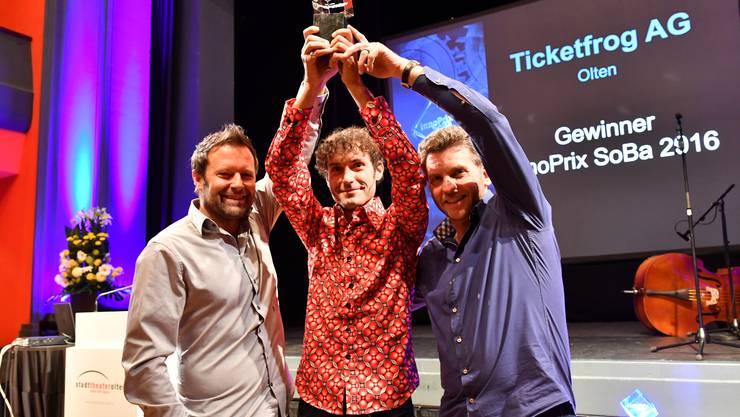 Reto Baumgartner, Mike Müller und Urs Koller stemmen im Oltner Stadttheater den Innoprix in die Höhe