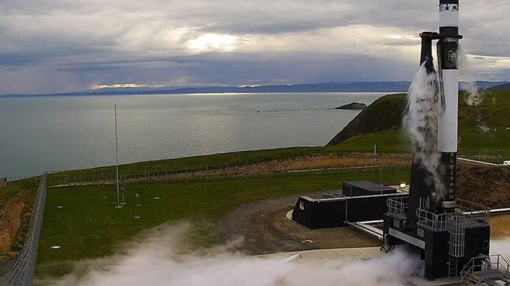Eine 17 Meter lange, schwarz-weiss gestrichene Rakete der privaten Firma Rocket Lab hob von der Mahia-Halbinsel auf der Nordinsel Neuseelands ab.