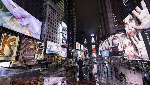 Schweizer Kunst in New York: Am Rechten Bildrand sehen sie eine verzweifelte Frau. Es ist das Gesicht der Schweizer Videokünstlerin Pippilotti Rist.