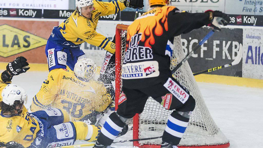 Fribourgs Topskorer Michal Birner bringt die Davoser Defensive arg in Bedrängnis. Der Tscheche trifft gleich doppelt.