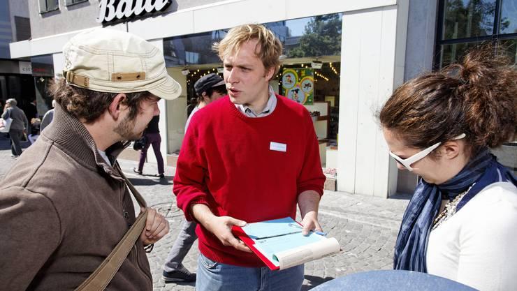 SP-Präsident Marco Hardmeier in Aarau beim Unterschriftensammeln. (André Albrecht)