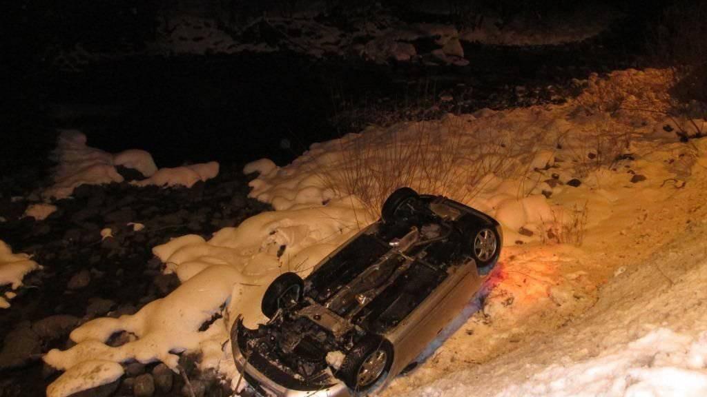 Ein Autofahrer hat nach einem Selbstunfall in Schwanden GL sein Fahrzeug unverletzt verlassen können. Das Auto hatte sich überschlagen und war auf dem Dach liegend in einem Bachbett gelandet.