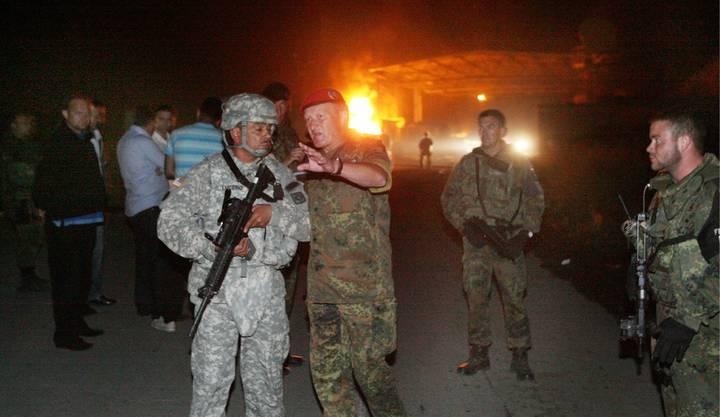KFOR-Soldaten sichern den Grenzübergang.
