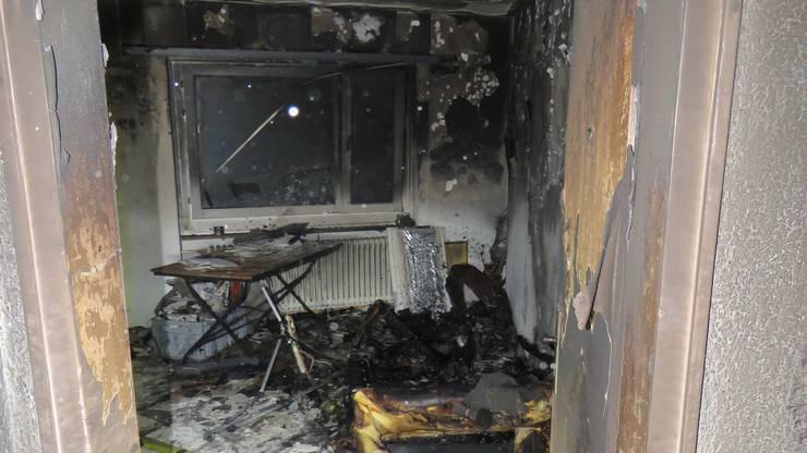 Der Sachschaden beträgt rund 100'000 Franken, die Wohnung ist bis auf weiters unbewohnbar.