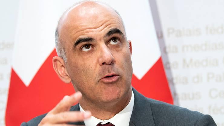 Sozialminister Alain Berset will die Mehrwertsteuer zugunsten der AHV erhöhen. (KEYSTONE/Peter Schneider)