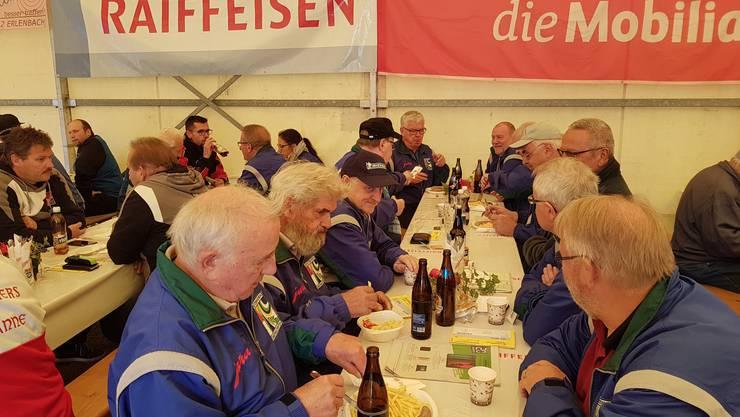 Der Schützenverein beim gemütlichen Beisammensein nach grossartigem Erfolg Bild: Fritz Lüdi