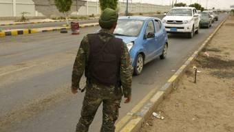 Ein Soldat kontrolliert in Sanaa im Auftrag Regierung Autos