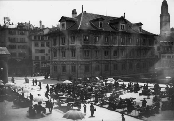 Der Wochenmarkt auf der Gemüsebrücke im Jahr 1895.