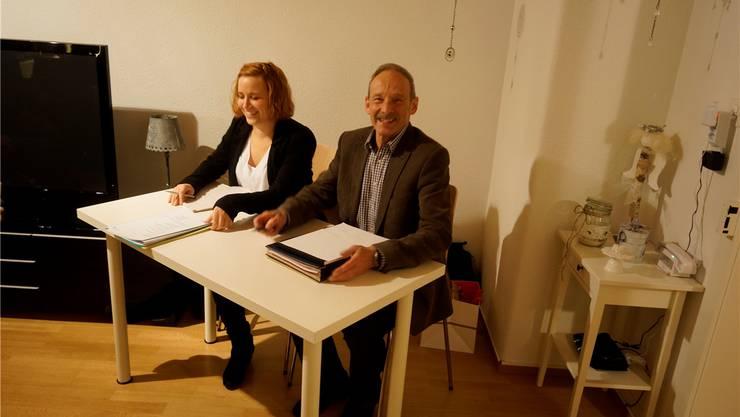 Alissa Vessaz und Terry Spillmann amten an der Gemeindeversammlung in der Wohnstube.