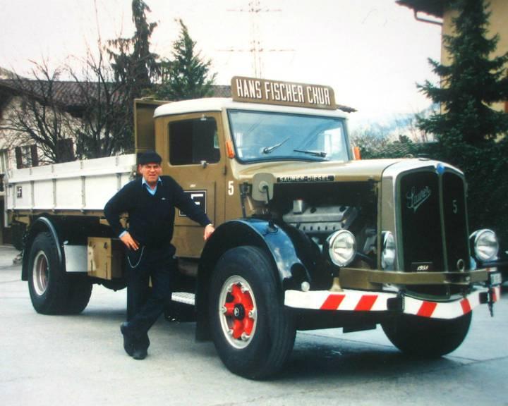Hans Fischer posiert mit seinem Saurer-Lastwagen. (Bild: fischerlogistik.ch)