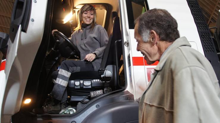 Jürg Liebherr, Direktor der Schweizer Rheinsalinen, begrüsst die Chauffeuse des ersten Salztransports für den Saldome2, Elodie Most