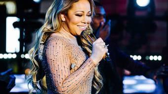 Das Lächeln täuscht: Bei ihrem Auftritt vergangenen Silvester am Times Square klappte fast gar nichts und Mariah Carey wurde mit Spott und Häme übergossen. Heuer versucht sie es noch einmal.