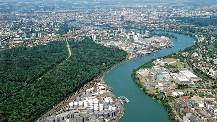 Bei den bläulichen Häusern der BASF in Grenzach-Wyhlen soll der Sondermüll behandelt werden.