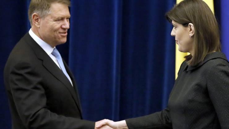 Rumäniens Präsident Klaus Iohannis (l) ist gegen die Absetzung der Chefin der Antikorruptionsbehörde, Laura Kövesi. (Archiv)