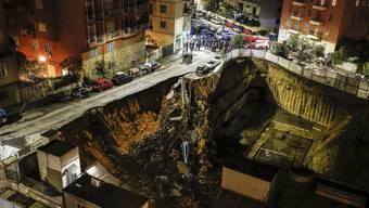 Strasse verschlingt Autos in Rom