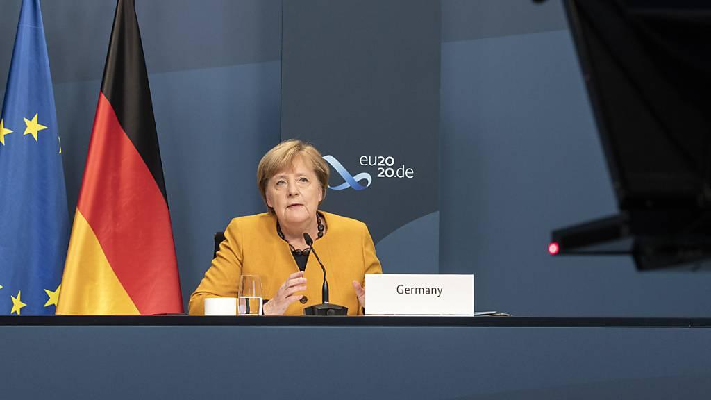Angela Merkel, Bundeskanzlerin, nimmt im Rahmen des beim virtuellen G20-Gipfel an einer Videokonferenz im Kanzleramt teil.