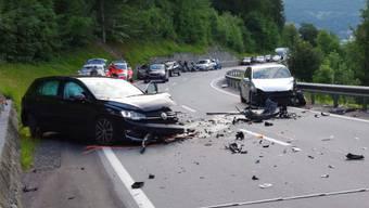 Heftige Frontalkollision in Graubünden: Zwischen Chur und Malix prallen in einer Kurve zwei Autos zusammen.