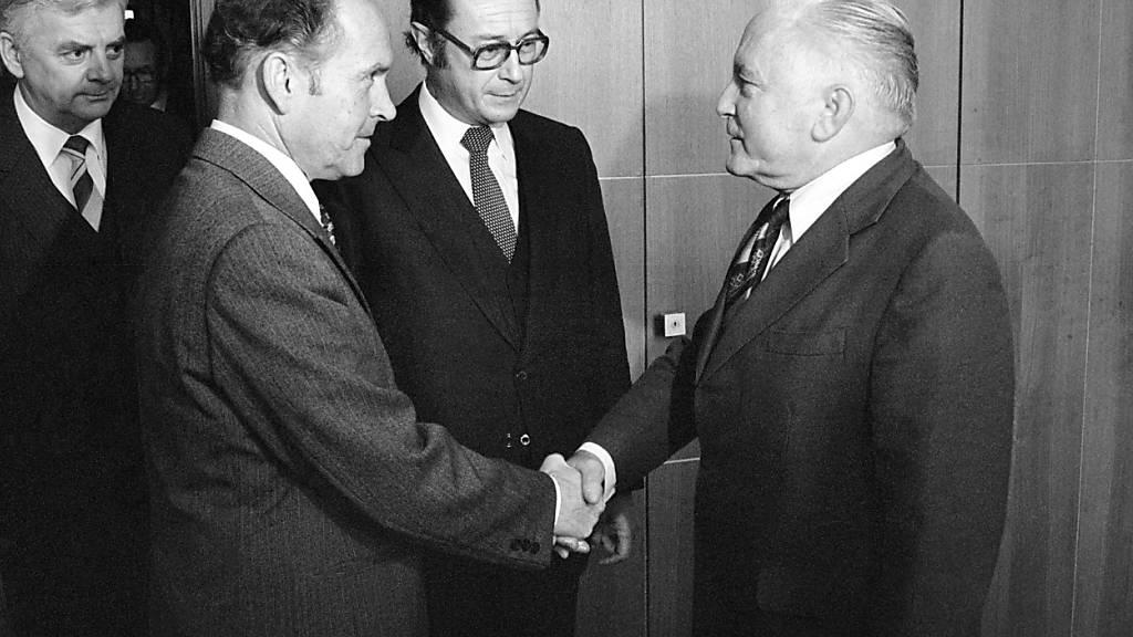 Der Aussenminister der DDR Oskar Fischer (rechts) besuchte am 19. November 1980 die Schweiz. Er wurde am Flughafen Zürich vom damaligen Schweizer Botschafter in Berlin, Friedrich Schnyder, empfangen. (Archivbild)