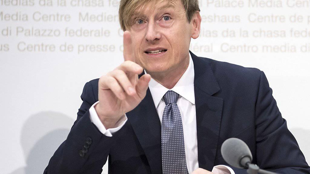 Der Preisüberwacher Stefan Meierhans mahnt an, dass die anstehende Mehrwertsteuerreduktion von staatsnahen Betrieben an die Kunden weitergegeben werden soll. (Archivbild)