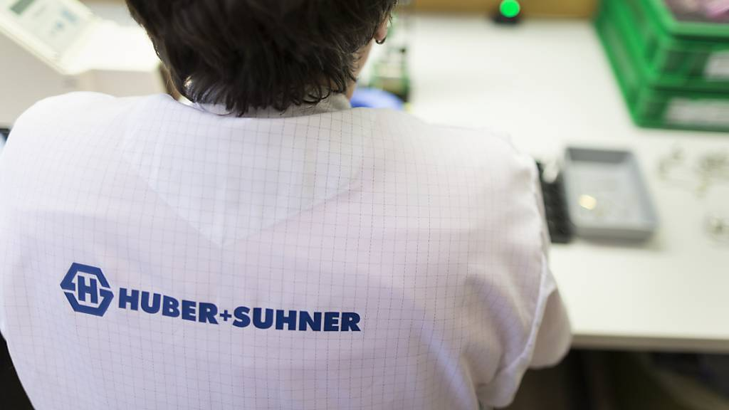 Der Komponentenhersteller Huber+Suhner hat in den ersten neun Monaten weniger umgesetzt und weniger Aufträge hereingeholt als in der Vorjahresperiode. Nun werden weltweit 250 Stellen abgebaut. (Archivbild)