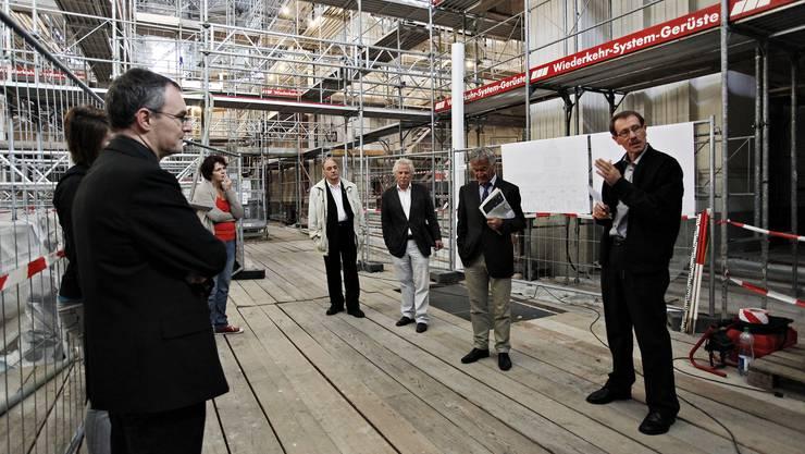 Kirchgemeindepräsident Karl Heeb informiert über den Stand der Umbauarbeiten. (Fotos: Felix Gerber)