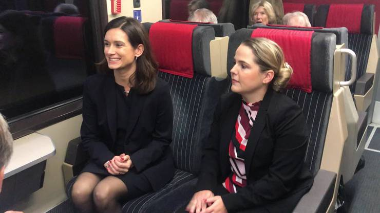 Maja Riniker und Martina Bircher noch im Zug.