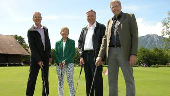 Der symbolische Spatenstich erfolgte auf dem Putting Green mit Golfbällen aus Pellets: die Nahwärmeverbund-Kunden Yvonne Hürlimann und Hans Späti (zweiter von rechts) zusammen mit den AEK-Vertretern Roger Scheidegger (l.) und Bruno Jordi.