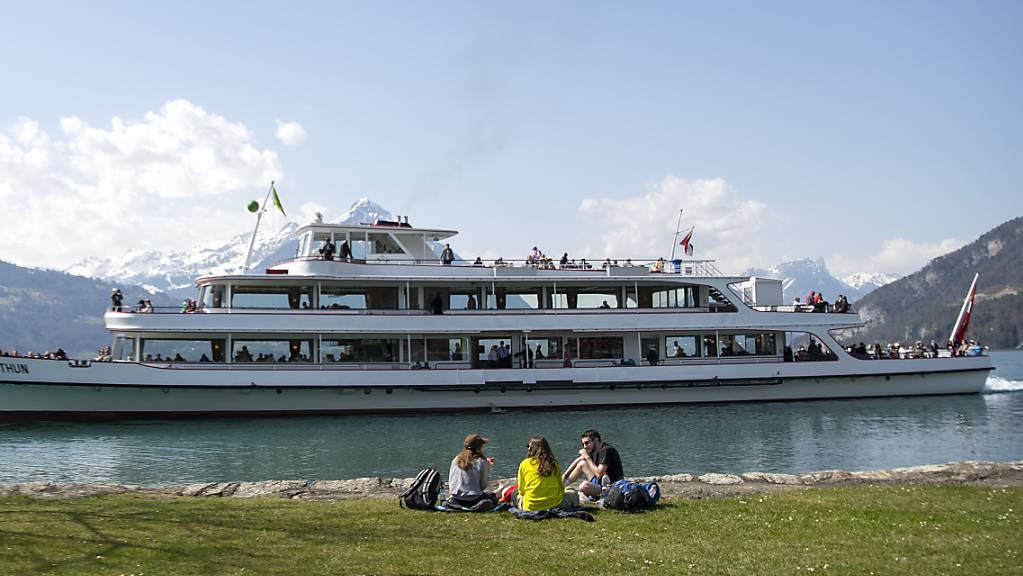 Die BLS fuhr 2020 in die roten Zahlen: Ihr Kursschiff «Stadt Thun» bei der Eröffnung der Saison am Karfreitag in Neuhaus bei Interlaken.