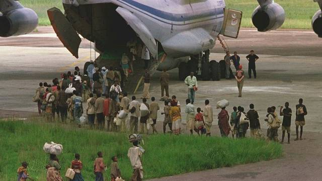 Ein Flugzeug auf dem Flughafen in Kisangani (Archiv)