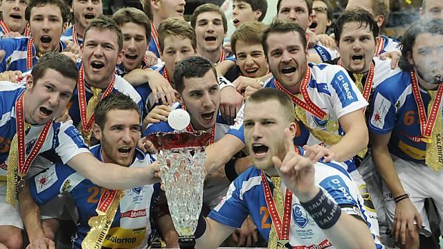Die Unihockeyaner der Grasshoppers bejubeln den ersten Cupsieg.