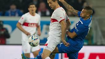 Hoffenheims Williams befreit zwischen den Beinen von Ibisevic.