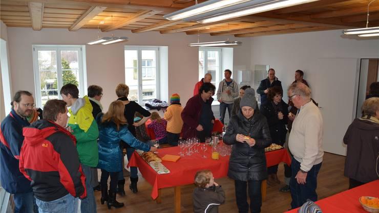 Die Einweihungsfeier des neuen Begegnungsraums im früheren Schulhaus von Bibern hat viele Besucherinnen und Besucher angelockt.