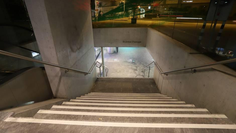 Velofahrer stürzt Treppe hinunter und wird verletzt