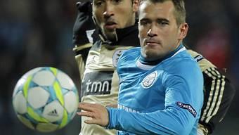 Zenits Kerschakow (r.) im Duell mit Benficas Ezequiel Garay