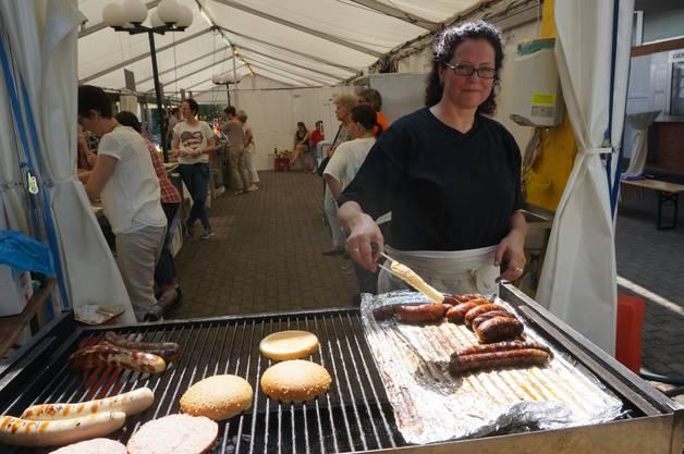 Am Grill ist Cristina Eichenberger vom Gewerbeverein. Sie vermisst das Weinfest ein bisschen, findet das Dorfplatzfest aber auch gut.