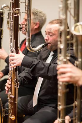 Klarinettist an der Kontrabassklarinette beim konzentrierten Spiel