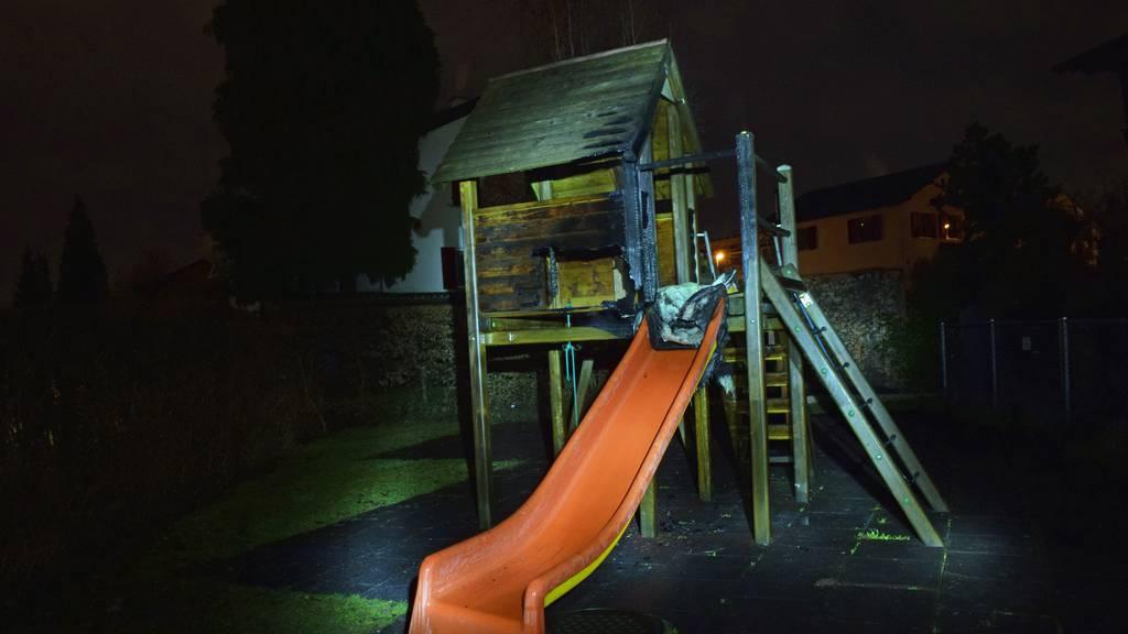 Spielturm in brand geraten: Polizei sucht Zeugen