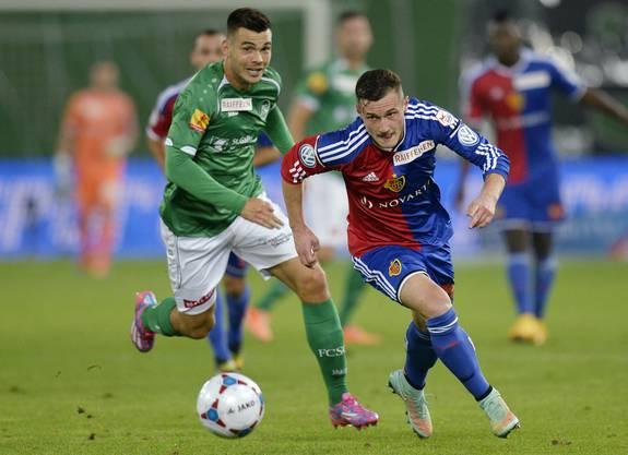 Der St. Galler Goran Karanovic, links, und der Basler Taulant Xhaka, rechts, kämpfen um den Ball.